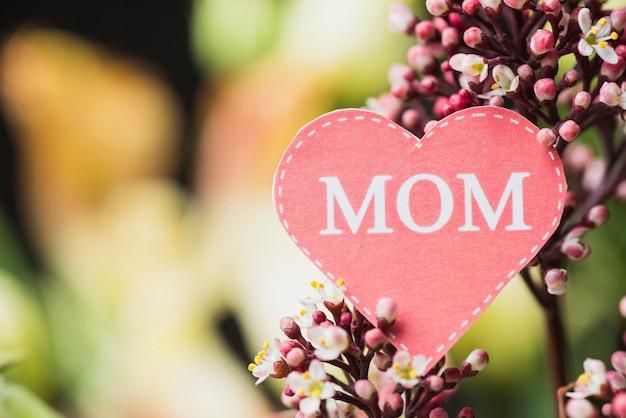 Крупный план декоративного цветка с сердцем бумаги на день матери