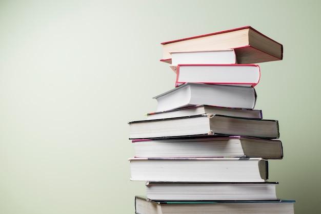 Уложив книги с разными цветами