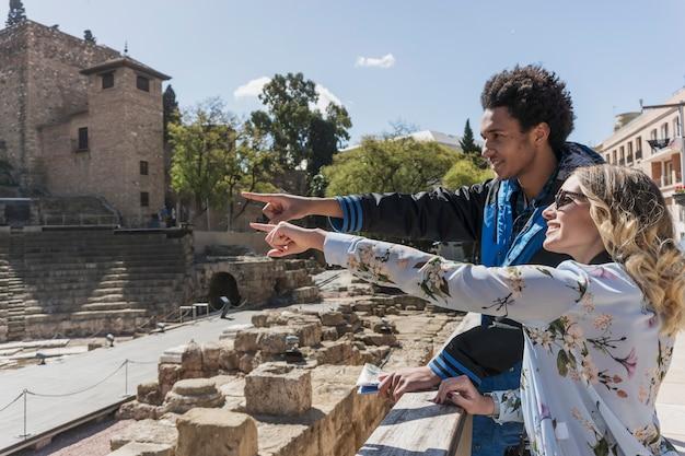 記念碑を指し観光客