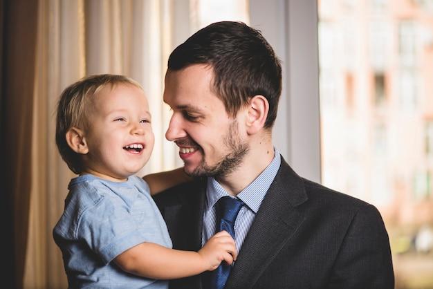 父と息子が笑っている