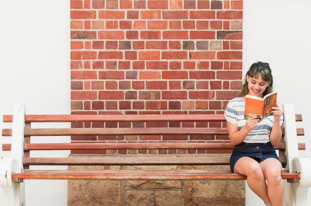 女の子はベンチで読む
