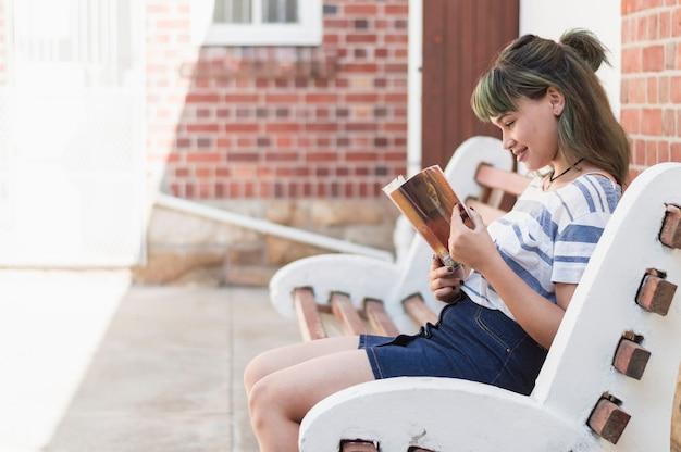 女の子、ベンチ、読書