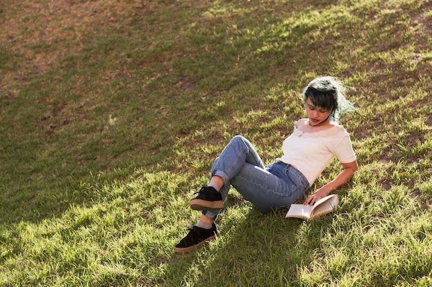 日当たりの良い丘で読書する女の子