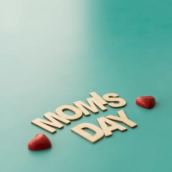 小さな心で「ママの日」のレタリング