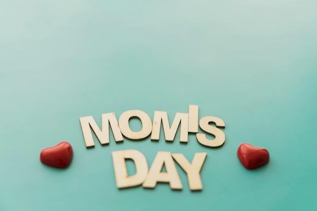 小さな赤い心で「ママの日」のレタリング