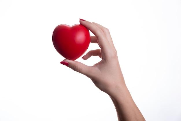 Представление красного пластического сердца