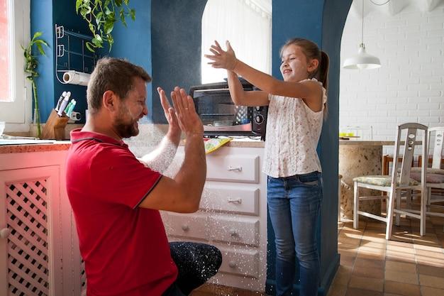 小麦粉で遊ぶ父と娘