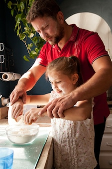 Отец помогает дочери на кухне