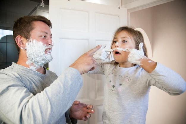 おかしい女の子シェイフ泡でひげを描く