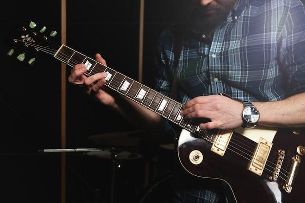 Гитарист крупным планом