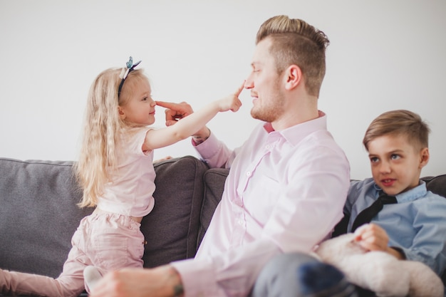 Отец и дочь трогают их носы