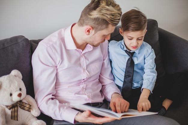 Отец и сын читают сказку