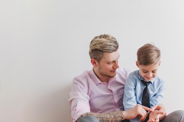 Веселый мальчик играет с отцом