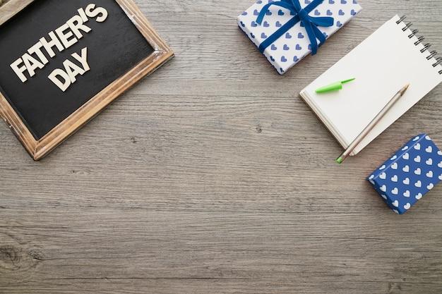 День отца фон с шифер, ноутбук и подарки