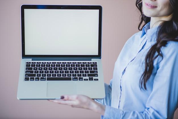 Женщина, представляя ноутбук закрыть