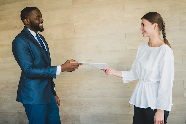 Мужчина и женщина обменялись бумагой