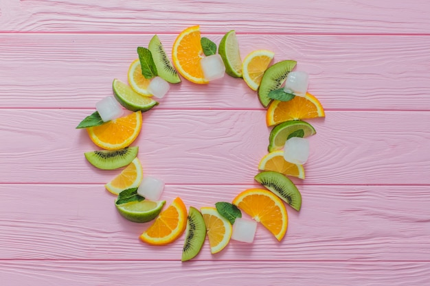 果物と氷で作られたサークルの夏のコンポジション
