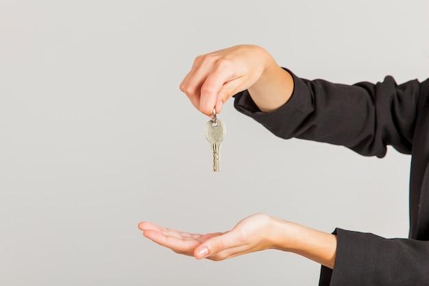 手を持っている鍵