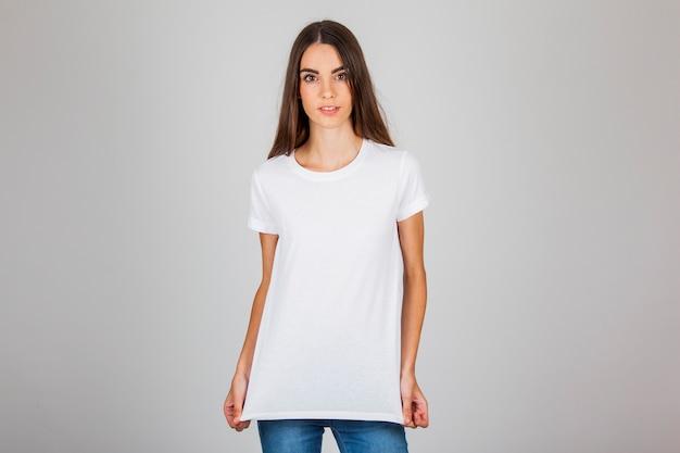 Молодая девушка, ставит с ее футболку