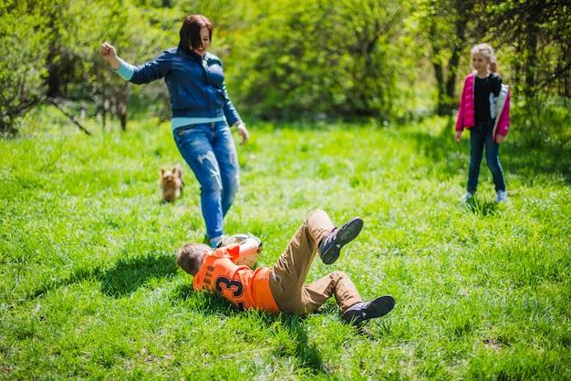 ボールを芝生でブロックしている少年