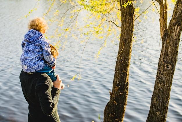 Отец и сын на озере в солнечный день