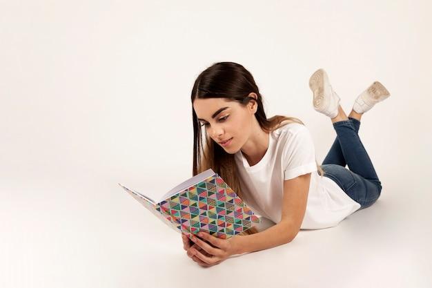 Девушка кладет и читает