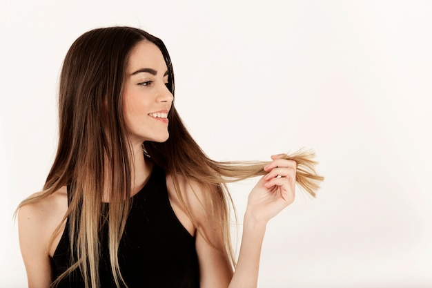 彼女の髪を誇っている女の子