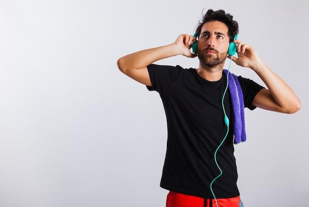 夏の男は頭の電話について懐疑的に着る