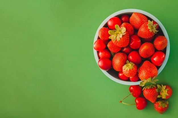 コピースペースと赤い果物とボウル