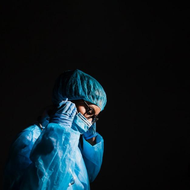 手術室でマスクを着用する外科医