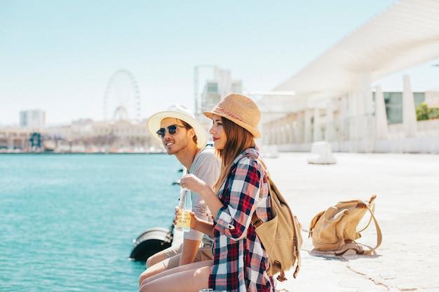 海岸の観光客のカップル