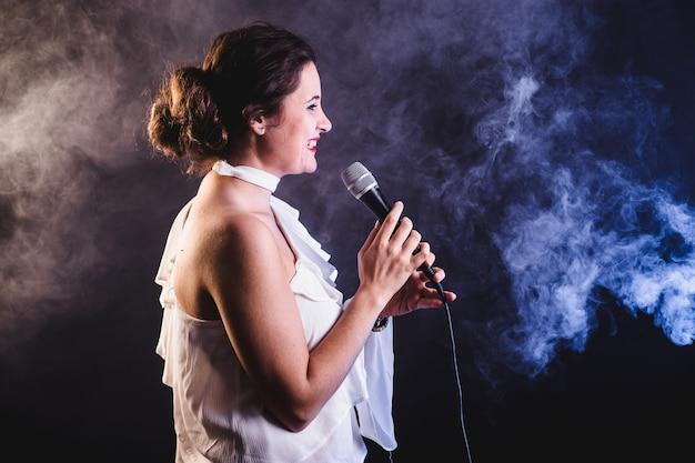 Молодая женщина поет