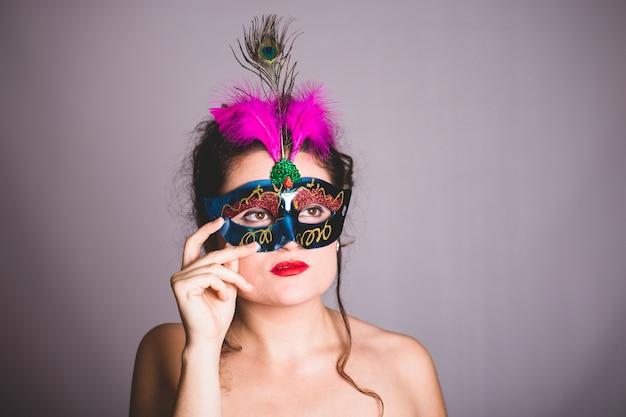 カーニバルマスクを持つ謎の女性