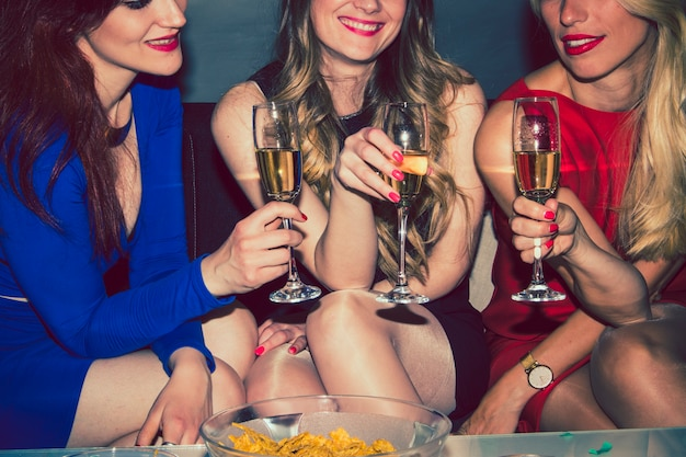シャンパンを祝うベストフレンド