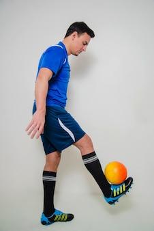 ボールを持つサッカー選手