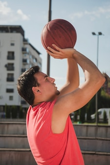 Боковой вид баскетболиста
