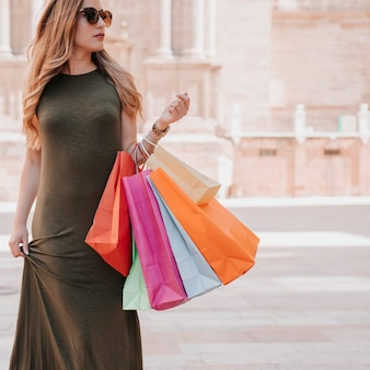 都市で買い物をする若い女性