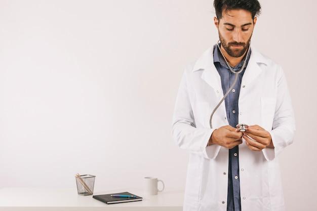 Доктор проверяет свой стетоскоп