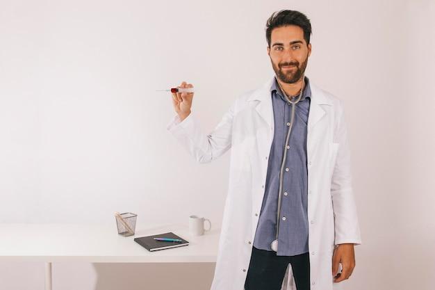 血液検査をしているスマイリー医師