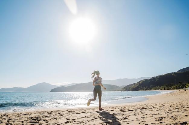 ビーチで一人で走っている女性