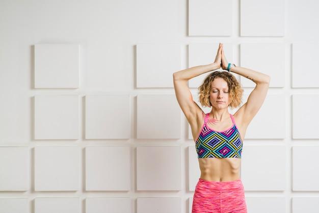 Здоровая женщина, медитируя дома