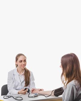 医師が緊張検査を提供する