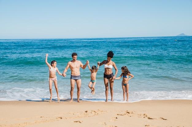 ビーチで楽しい時間を過ごす家族