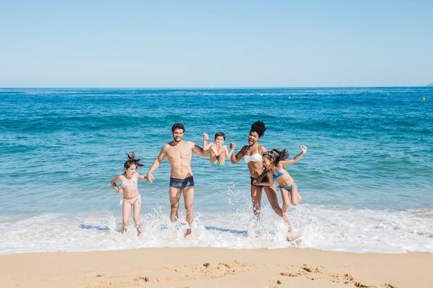 ビーチで若い家族