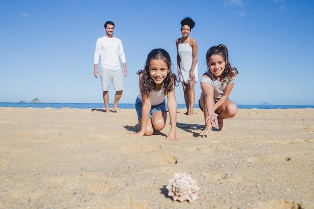 貝殻を見ている子供たち