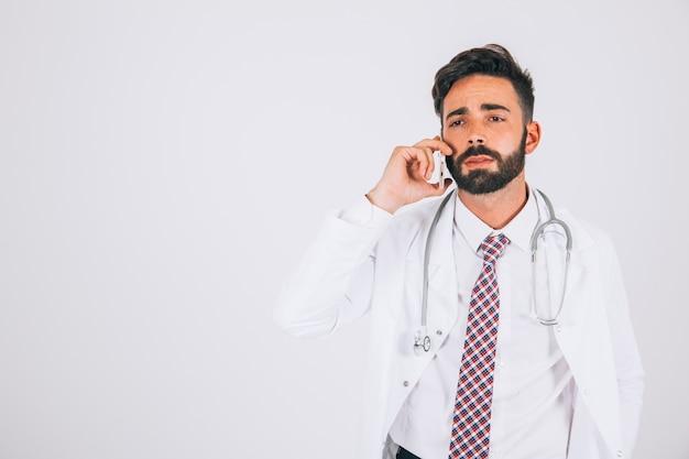 Доктор делает важный телефонный звонок