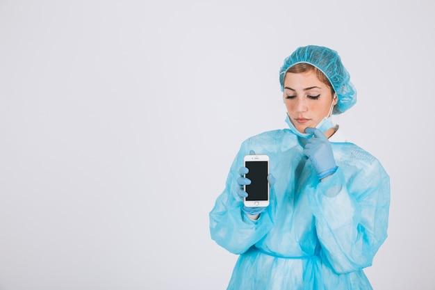 Хирург показывает экран телефона