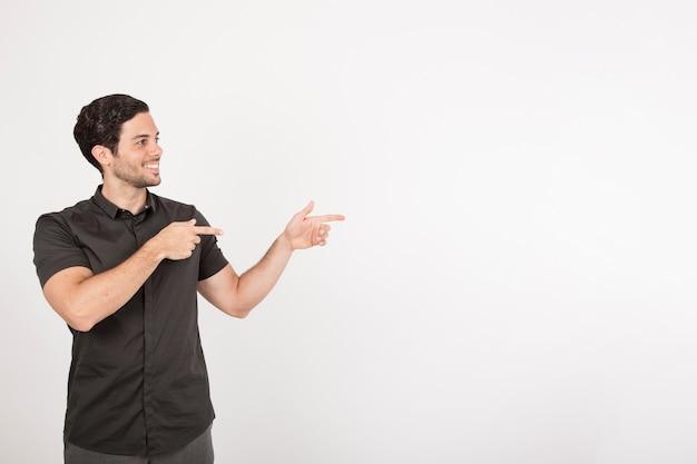Смайлик молодой человек, указывая с копией пространства