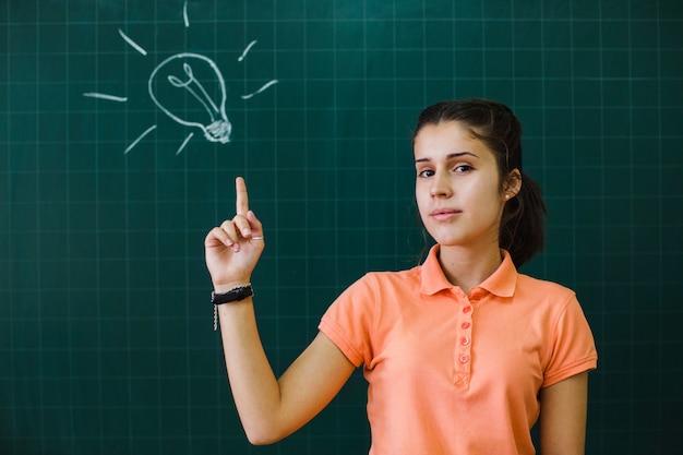 黒板を持つスマートな学生