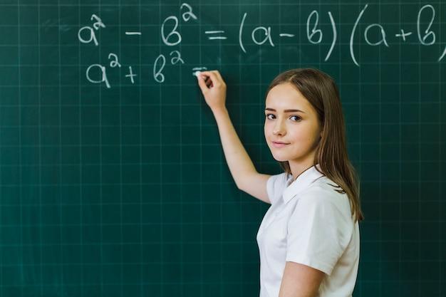 Девушка в классе математики